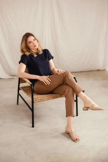 brązowe spodnie damskie z rayonu i bawełny i granatowa bluza z micormodalu marki Vito Vergelis