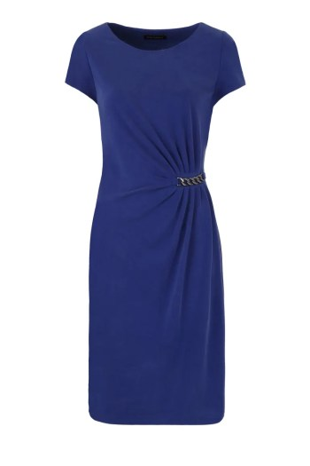 Niebieska sukienka z drapowaniem na linii talii i łańcuszkiem marki Vito Vergelis