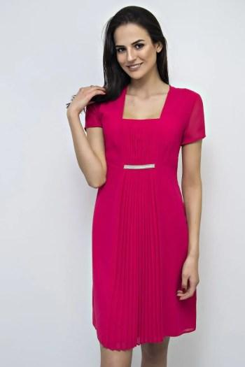 Linia wizytowa marki Vito Vergelis. Szyfonowa czerwona sukienka na wesele z plisowaniem