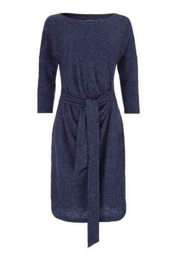 niebieska sukienka wizytowa z dzianiny z cekinami i wiązaniem polskiej marki Vito Vergelis