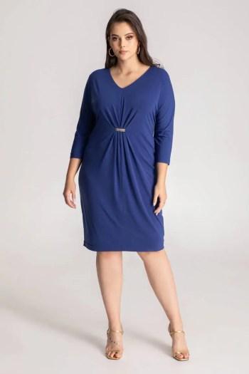 Niebieska sukienka z marszczeniem Vito Vergelis z długim rękawem, z lejącej tkaniny z drapowaniem na linii talii wykończonym klamerką.