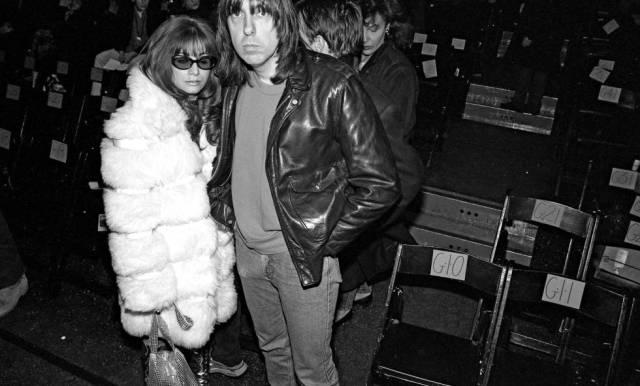 Johnny Ramone con su mujer Linda, exnovia de Joey Ramone, en la Semana de la Moda de Nueva York en 1994. Johnny y Joey dejaron de hablarse en 1981, cuando Joey descubrió la relación de Johnny y Linda. Vitrina Rock