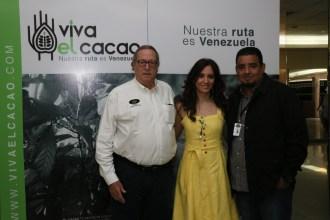 Jorge Redmond, presidente de Chocolates El Rey, Liliana Elías y Francisco Betancourt, ingeniero agrónomo