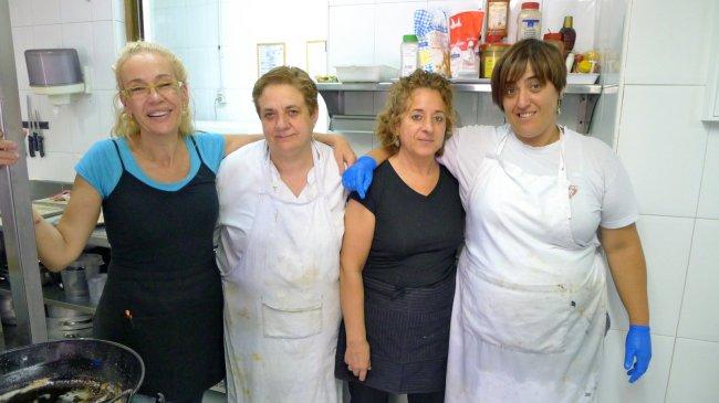 Itziar Eguileor (esquerda), chefe do Restaurante Berrio, posa com o resto da equipe no restaurante em Galdakao. A equipe jogava fora grande quantidade de alimentos todas as noites, mas agora eles deixam na Geladeira Solidaria, que foi feita para reduzir o desperdício de comida.
