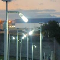 Lâmpadas de garrafa PET e postes solares levam luz a locais isolados