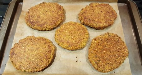 Burger patties just out of the oven | Saindo do forno