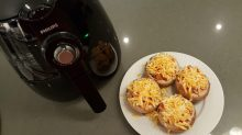 Top with cheese | Cubra com queijo