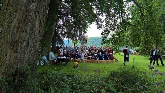 Festival Histórico del Trago Magistral: soldados hacen una pausa debajo de los árboles en el Jardín del Castillo.