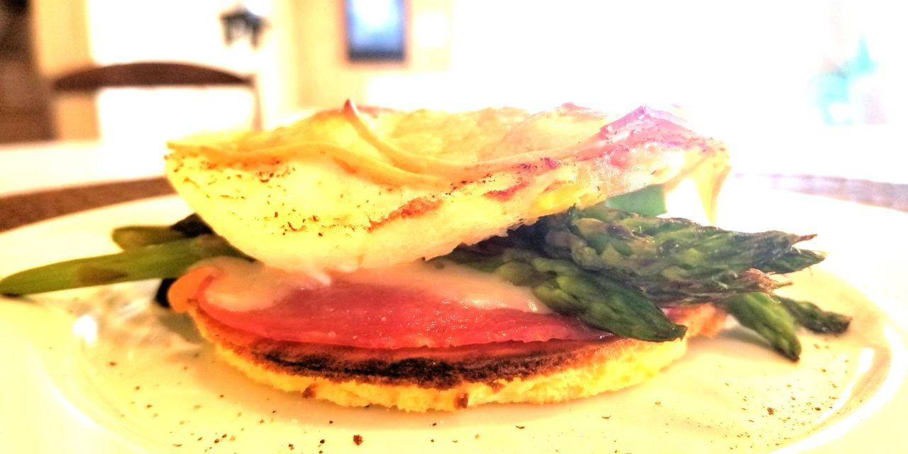 sandwich, oeufs,charcuterie, asperges et Monterey Jack