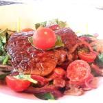 Mignon sur salade d'épinards à la vinaigrette chaude bacon-Dijon