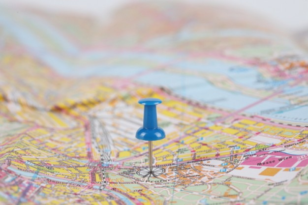 de-carreteras--mapas--una-lupa--la-geografia_3312380