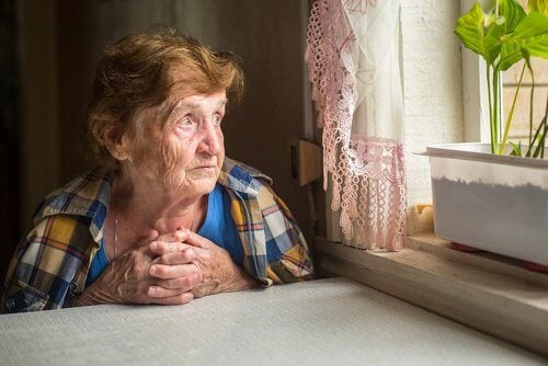 La solitudine: nemica della salute degli anziani