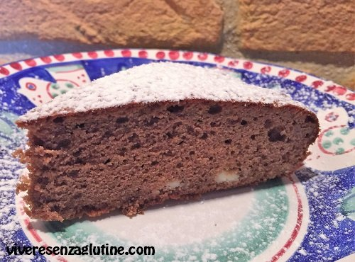 Torta senza glutine al cioccolato fondente con scaglie di cioccolato bianco