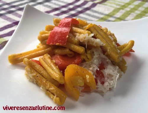 Pasta di ceci senza glutine con peperoni e pecorino
