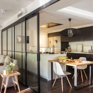 Interiorismo de un piso elegante en un barrio residencial