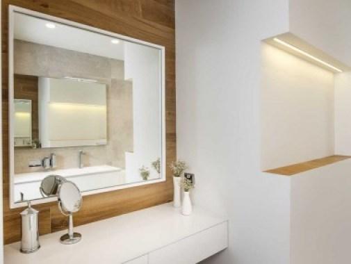 Baño y lavabo en blanco y madera