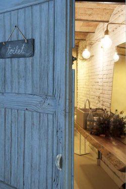 La puerta de entrada al baño de VIVE en Barcelona