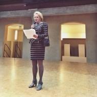 Teaterstiftelsen Vivicas Vänners ordförande Raija-Sinikka Rantala håller öppningstal och berättar om Bandlers liv.