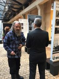 Viva Vivica! -näyttelyn toinen suunnittelija, lavastajalegenda Ralf Forsström (vas.) tarkistaa, että setti on hyvin ja valaistus kohdallaan.