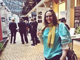 Journalisten Helena von Alfthan utställningsminglar.