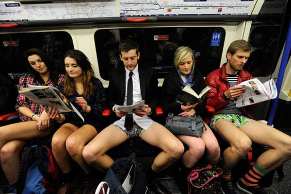 No Pants Day di New York, senza pantaloni (e senza stile) in metropolitana