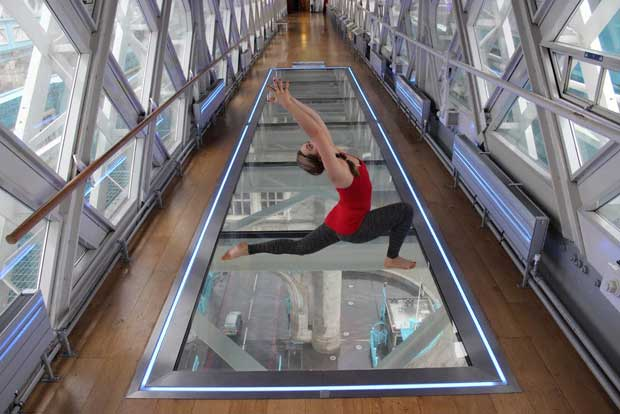 Yoga da brividi sul Tower Bridge