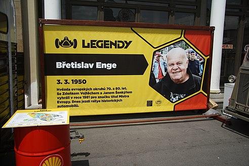 A la edad de 70 años murió Břetislav Enge. Un competitivo piloto de carreras que disfrutó de éxitos especialmente en la categoría de circuito, recibiendo el Volante de Oro en tres ocasiones.