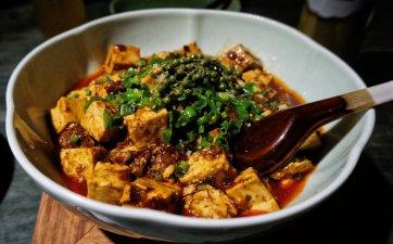 Ein Tofugericht. Der Tofu in China ist meist weicher, als in Deutschland. Auch sind Tofugerichte oft nicht vegetarisch, sondern mit Hackfleisch oder irgendeiner anderen Form von fleischlicher Ergänzung.