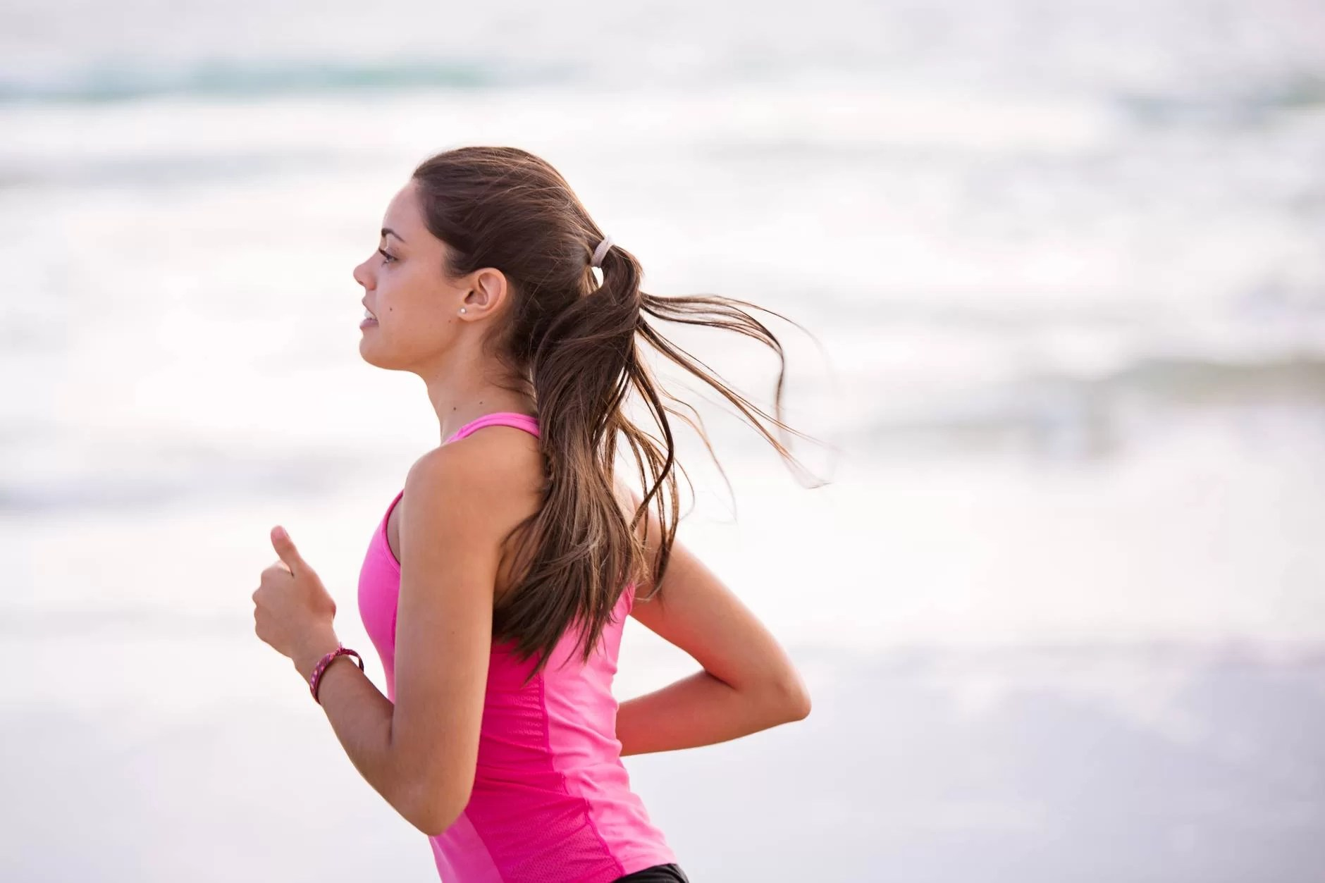 Mujer haciendo runnning en la playa