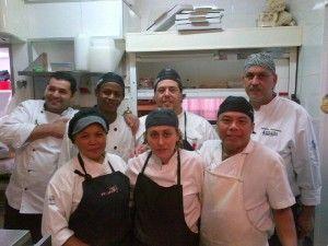 Bouba, con el resto del equipo de la cocina de AvÁnvera