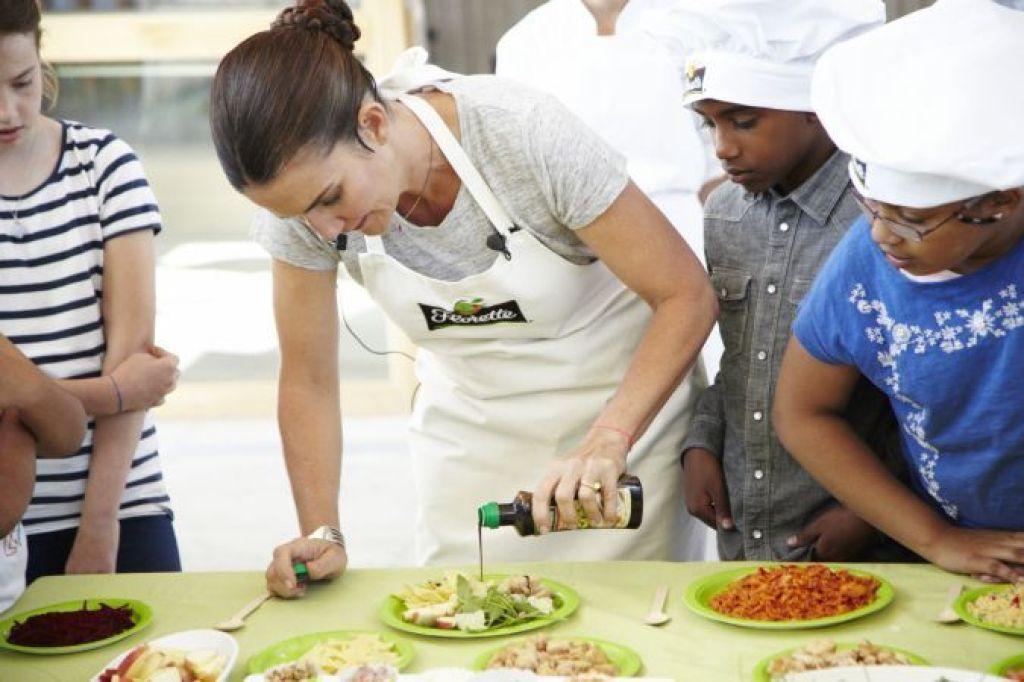 El huerto de Florette. La chef Samantha Vallejo-Nájera con los niños en el showcooking de ensaladas.