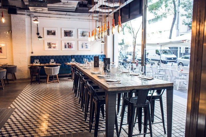 Mesa con sillas altas del restaurante Meat Love. Madrid