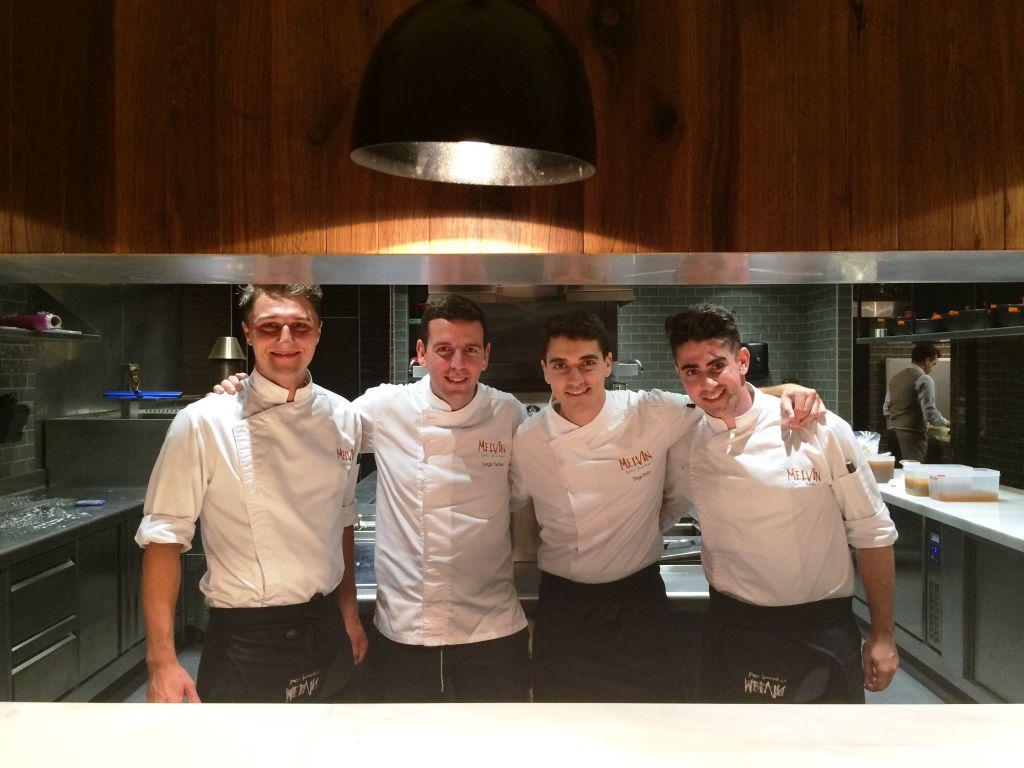 El chef Diego Dato y su equipo. Restaurante Melvin By Martín Berasategui