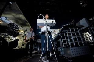 Stephen Dewaele au mixing desk lors du set de Soulwax à l'Auditorium Stravinski. © Oreste Di Cristino / leMultimedia.info