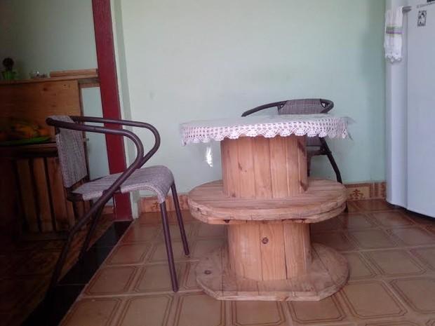 A mesa foi feita com carreteis de fios elétricos (Foto: Carol dos Anjos/Arquivo Pessoal)