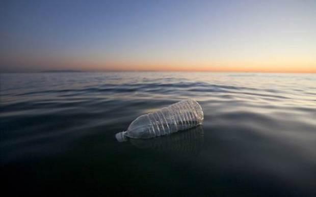 Plástico na água