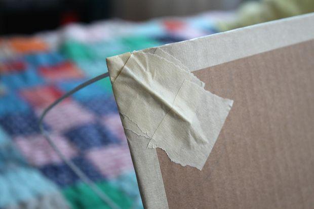 Fixe as pontas dos arames no papelão com fita crepe passo 2|Fonte: Castelo Forte