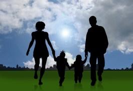 Famille se tenant la main mutuellement