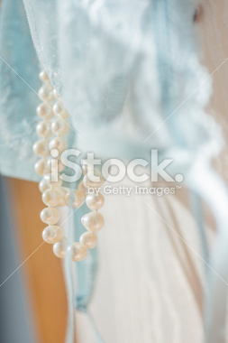 stock-photo-85934155-perles-cachées