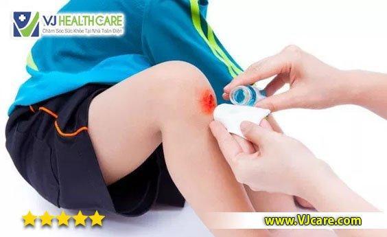 rửa vết thương và sát trùng thay băng rửa vết thương chăm sóc vết thương  Hướng dẫn rửa vết thương và sát trùng vết thương đúng kỹ thuật r   a v   t th    ng v   s  t tr  ng thay b  ng r   a v   t th    ng ch  m s  c v   t th    ng