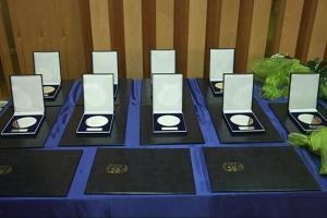 Zlatni i srebrni grb te zahvalnice zaslužnim Županjcima, udrugama, tvrtkama i ustanovama