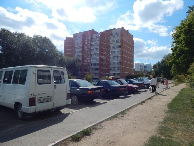 Автомобили заполонили витебские дворы.