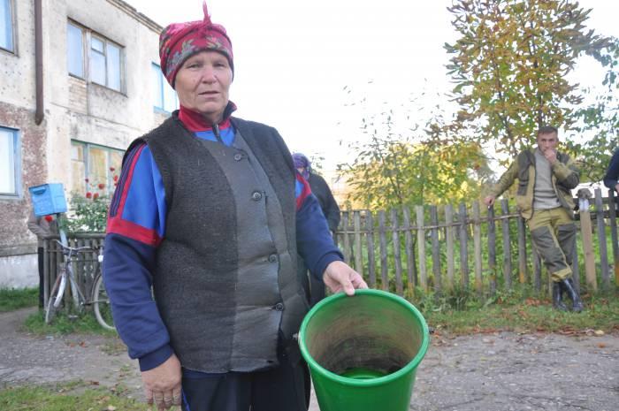 """Вот такие ведра становятся после использования воды из колонки. """"Вода с витаминами и минералами"""" - так говорят здесь. Фото Анастасии Вереск"""
