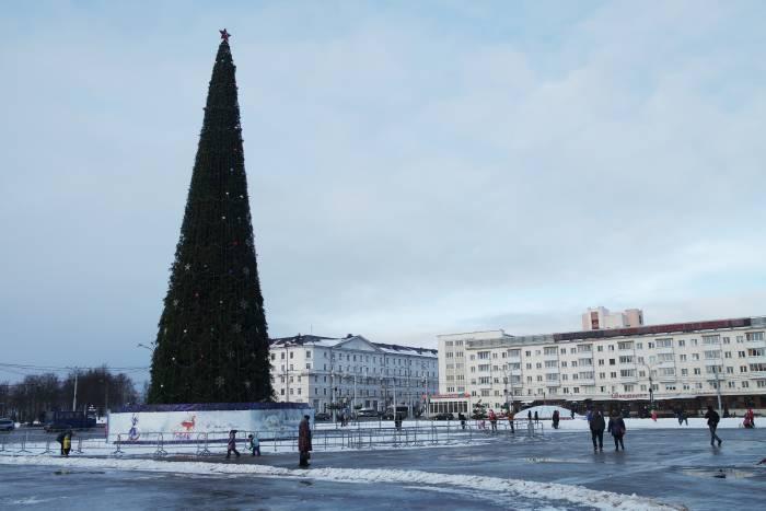 Красная звезда на главной городской ёлке Витебска. Фото Анастасии Вереск