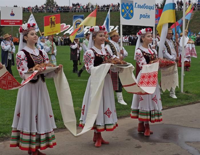По традиции праздник начался с выноса караваев нынешнего урожая. Фото Светланы Васильевой