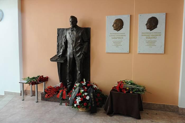 Памятник Жоресу Алферову открыли в Петербурге