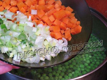 Овощной суп со шпинатом, листовым салатом и зеленым горошком - шаг 2