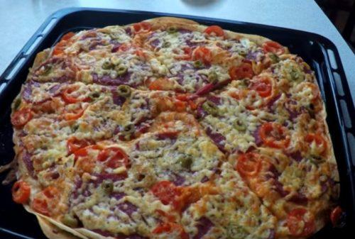 Pizza casera rápida en pan de pita - cocinar en el horno
