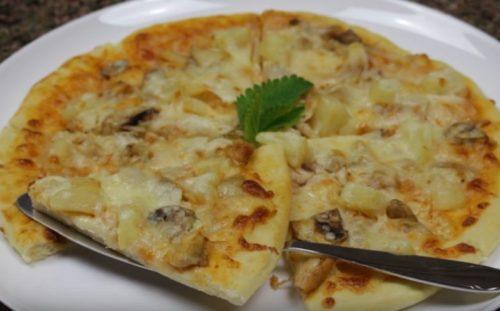 Гавайская пицца с курицей, грибами и ананасами в домашних условиях