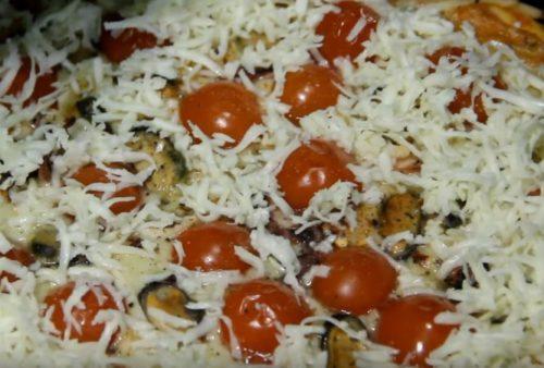 Pizza suculenta com frutos do mar e tomates cereja